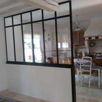 Un parois vitrée style atelier qui sépare la cuisine de la salle à mangé (cliquez  pour voir les autres)