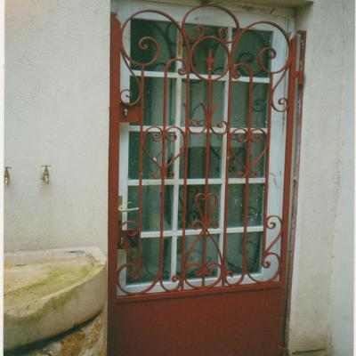 porte en fer forgé installé devant la porte principale (cliquez  pour voir les autres)
