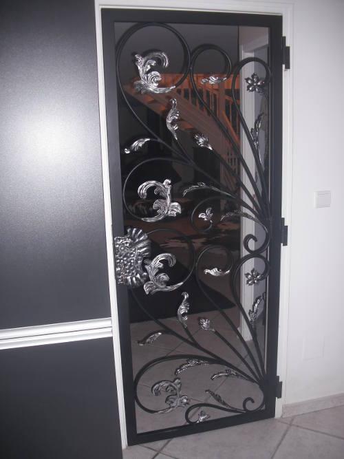 un portillon recouvert d'un primaire anti-corrosion et d'un couche de peinture de finition noir. certain élément sont recouvert de peinture argenté .